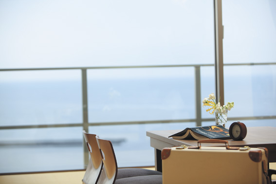 テーブル越し海イメージ