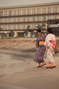 海辺で浴衣女性2人