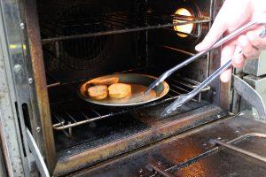 パンをオーブンで焼きます